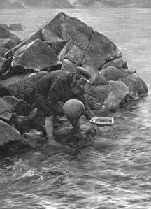 """Un insulaire met à l'eau le """"navire postal de St Kilda"""", photographie Cherry Kearton, fin XIXe."""