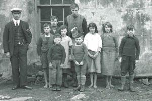 Rachel Johnson, de face au milieu, en bas, lorsqu'elle était une petite fille à St Kilda en 1928 ou 1929 ©National Trust for Scotland