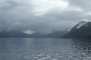 Le ferry navigue au milieu des brumes ©Camille Peney