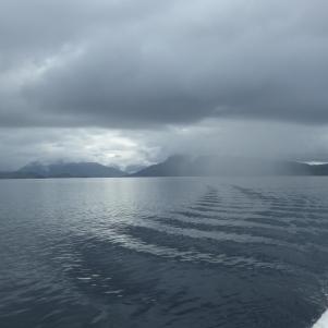 Au fond, la côte écossaise noyée sous la pluie s'éloigne. En avant Skye !