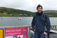 Sur le Pier d'Uig. Au fond le bateau qui devrait nous emmener vers St Kilda ©Camille Peney