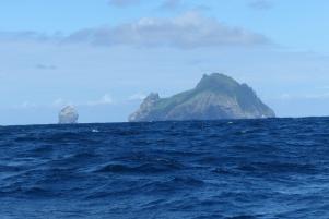 La silhouette de St Kilda apparaît alors que le temps vire au beau ! ©Camille Peney