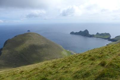 Arrivés au sommet et vue incroyable sur l'île et la baie. Au fond à droite, l'île de Dùn. ©Camille Peney
