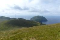 Depuis le sommet d'Hirta : Soay tout au fond. Au milieu, on peut voir l'antenne de l'observatoire. ©Camille Peney