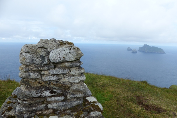 Le monticule de pierre, près duquel nous avons dévoré notre pique-nique. Une vue incomparable depuis le sommet d'Hirta ! ©Camille Peney