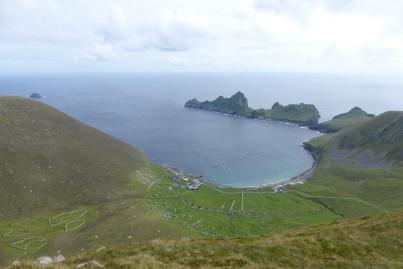 Depuis le haut de St Kilda, vue imprenable sur Village Bay ©Camille Peney