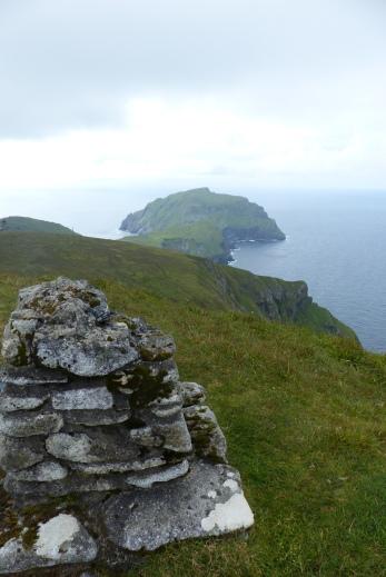Depuis le point culminant de l'archipel. Au fond, l'île de Soay ©Camille Peney