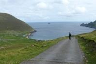 En redescendant sur Village Bay, nous attrapons la seule voie carrossable de l'île qui monte à l'observatoire ©Camille Peney