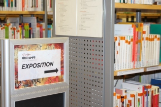 Accueil de l'exposition, dans la bibliothèque universitaire du Campus