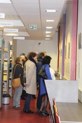 Les premiers visiteurs découvrent l'exposition