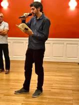 Clément Bollenot lit des extraits de Demain incertain pendant le vernissage de l'exposition D'une réalité à l'autre (mairie du 1er arrondissement - Lyon)